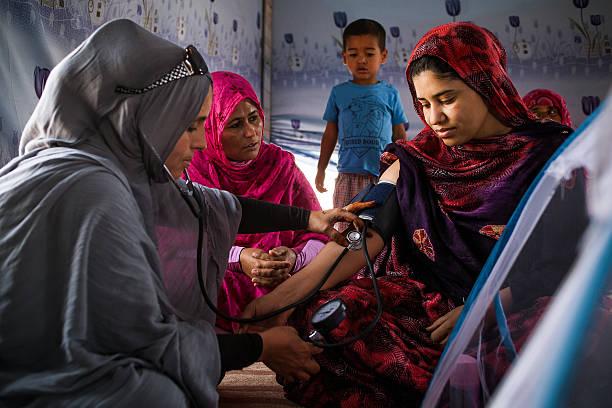 el sáhara occidental comadrona - ayuda humanitaria fotografías e imágenes de stock