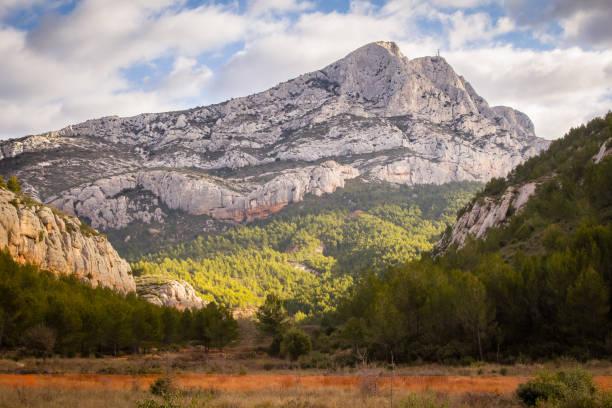 la montagne sainte victoire - aix en provence photos et images de collection