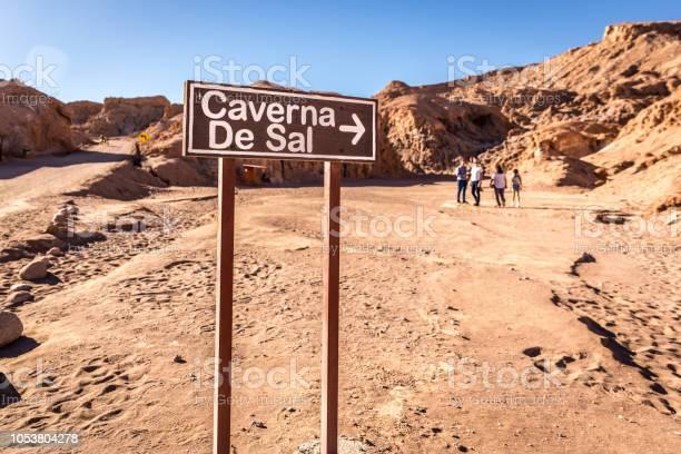 Cules - Página 17 The-salt-cave-entrance-sign-in-atacama-desert-chile-picture-id1053804278?s=612x612