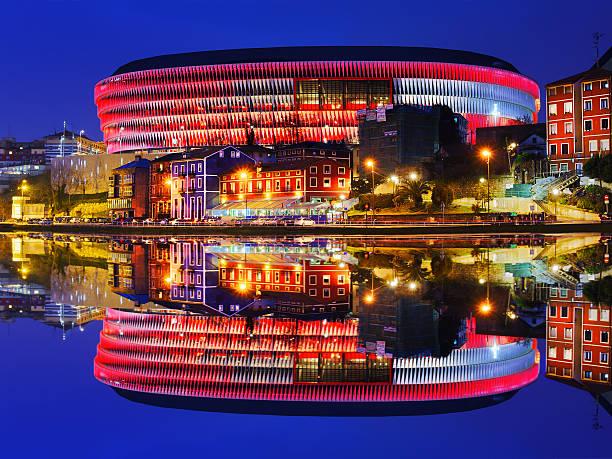 El estadio San mamés de fútbol en Bilbao por la noche - foto de stock