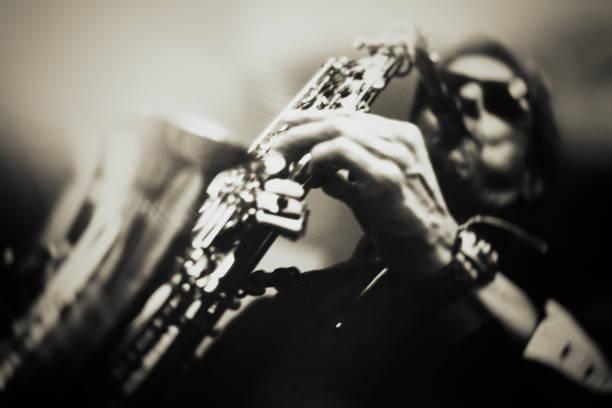 saksafon çalar - caz stok fotoğraflar ve resimler