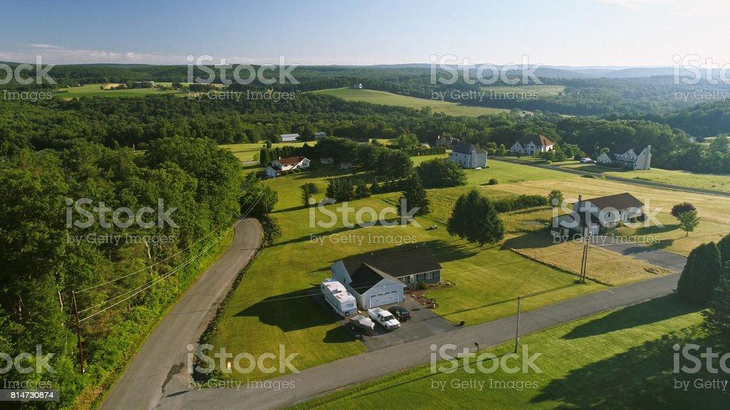 La vista aérea de paisajes de Poconos, Condado de Monroe, Pennsylvania. La mañana soleada de verano. La descripción panorámica sobre el campo y del bosque a la Kunkletown, luego a la pequeña granja cerca de la carretera. - foto de stock