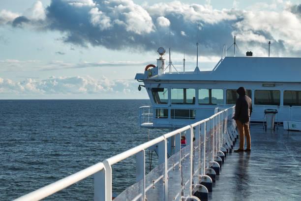 landskapet av östersjön från däcket av färja, sverige - ferry lake sweden bildbanksfoton och bilder