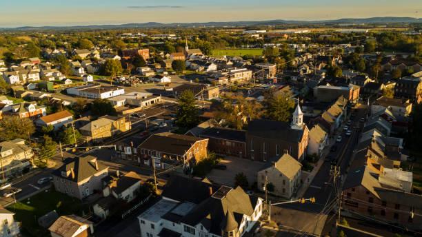 La vista panorámica de la ciudad pequeña de Pennsylvania baño al atardecer. - foto de stock