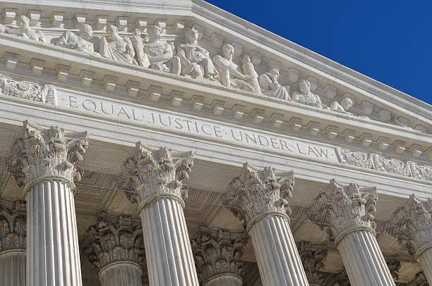 the sculpture design outside the united states supreme court - abd yüksek mahkemesi binası stok fotoğraflar ve resimler