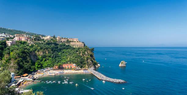 O mar em Vico Equense, Nápoles - foto de acervo
