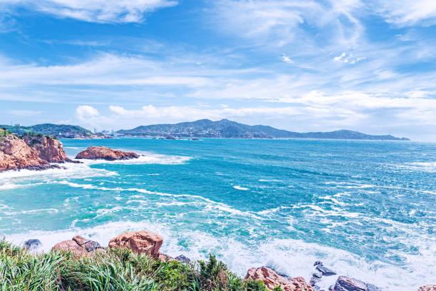 El mar de la isla y el cielo azul y las nubes blancas - foto de stock