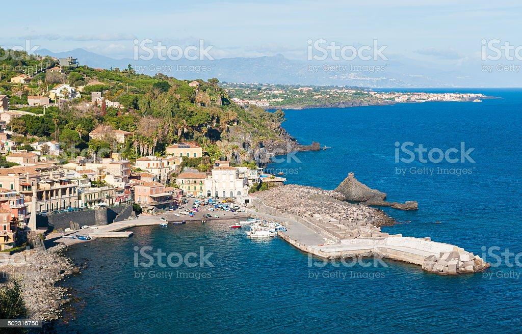 Il mare e villaggio di Santa Maria la Scala (Sicilia - foto stock
