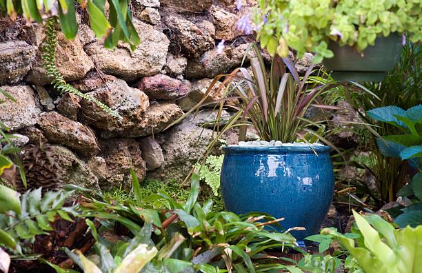 the secret garden - blumentopf groß stock-fotos und bilder