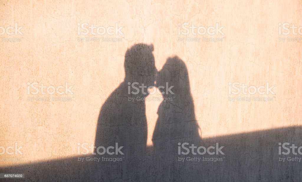 The shadow on the wall of loving couple kissing foto royalty-free