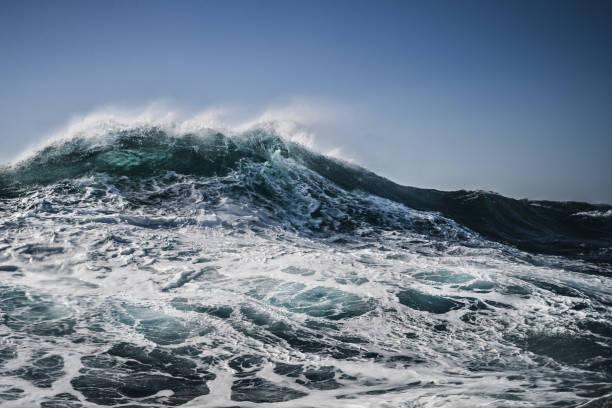 la forma del mare: onde che si infrangono - motivo a onde foto e immagini stock