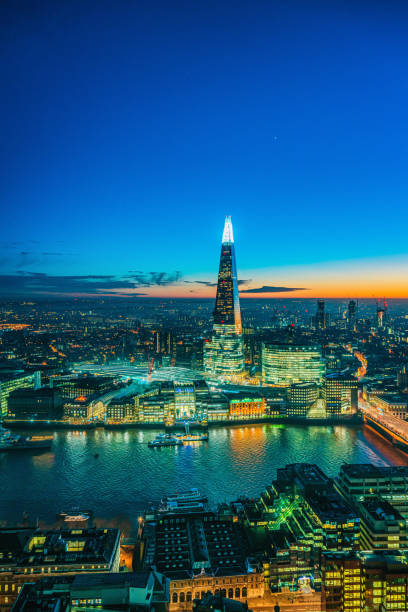 de shard wolkenkrabber in londen - shard london bridge stockfoto's en -beelden