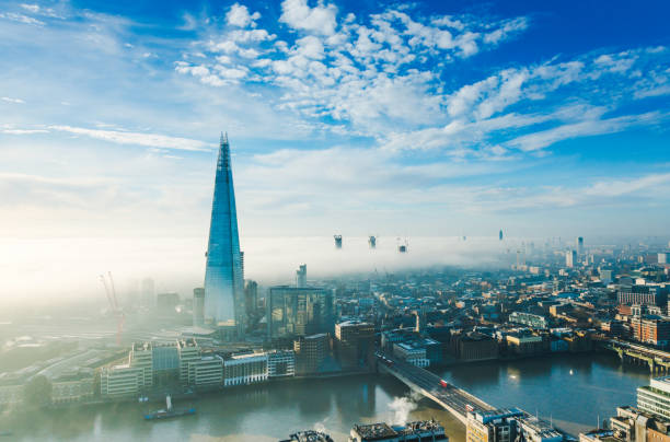 de wolkenkrabber shard in londen - shard london bridge stockfoto's en -beelden