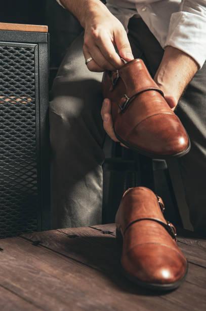 skomakaren sätter nya munken skor på bordet - remmar godis bildbanksfoton och bilder