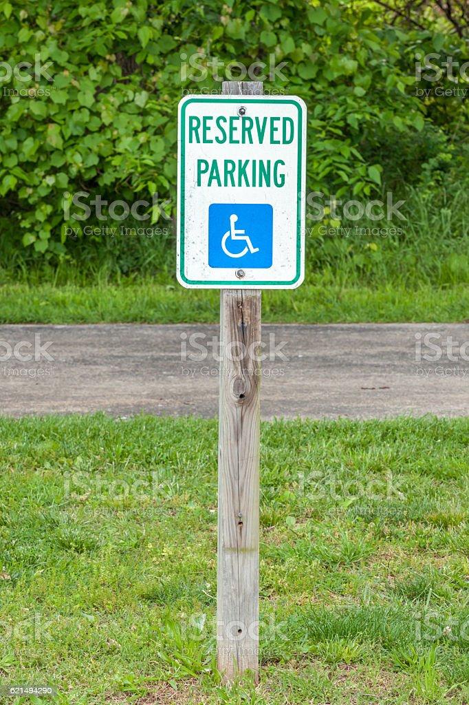Le panneau de places de parking dans la rue. photo libre de droits