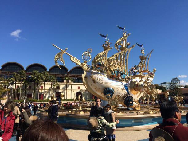 die signatur disney schiff im tokyo disney meer mit blauem himmel - disney dekorationen stock-fotos und bilder