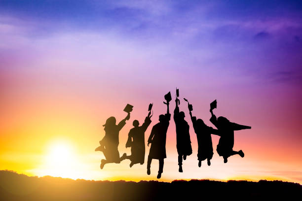 la silueta del grupo de graduación celebrando y saltando en la montaña - graduación fotografías e imágenes de stock
