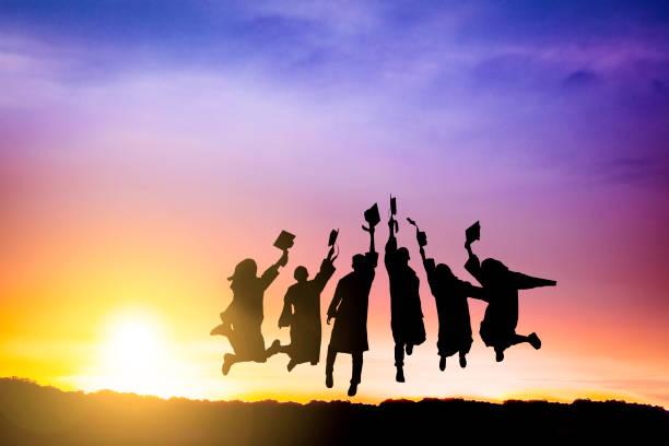 la silueta del grupo de graduación celebrando y saltando en la montaña - graduation fotografías e imágenes de stock