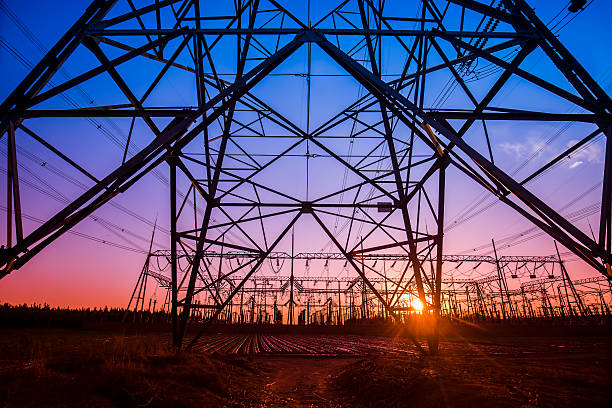 the silhouette of the evening electricity transmission pylon - hoogspanningsmast stockfoto's en -beelden