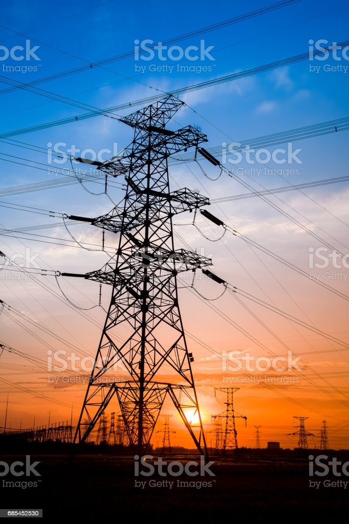 The silhouette of the evening electricity transmission pylon foto de stock royalty-free