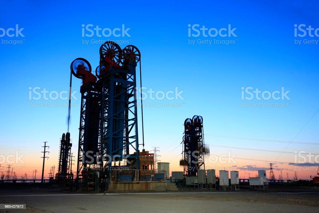 A silhueta da torre tipo unidade de bombeamento - Foto de stock de Azul royalty-free