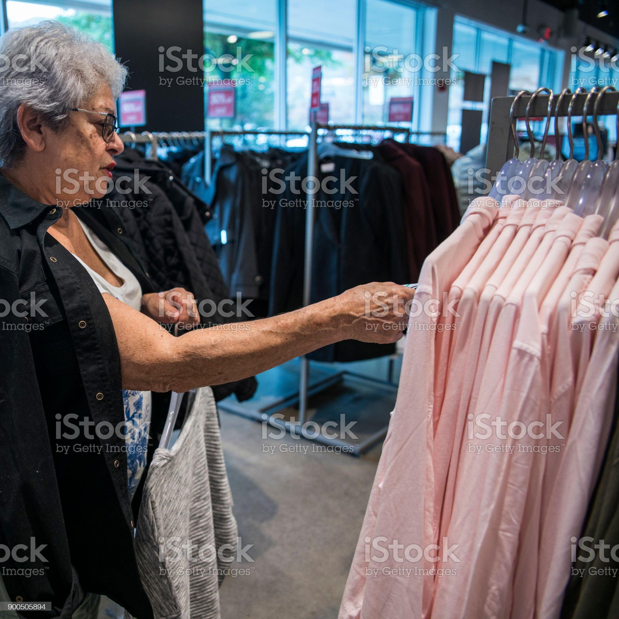Imagen De El Cabello Plateado 65 Años Senior Mujer Activa De Compras En La Tienda De Venta Por Menor De Ropa Fotografía De Stock