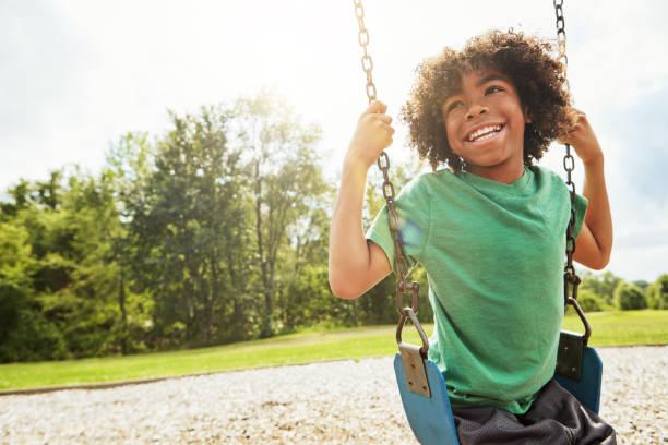 a simples alegrias de infância - balouço imagens e fotografias de stock