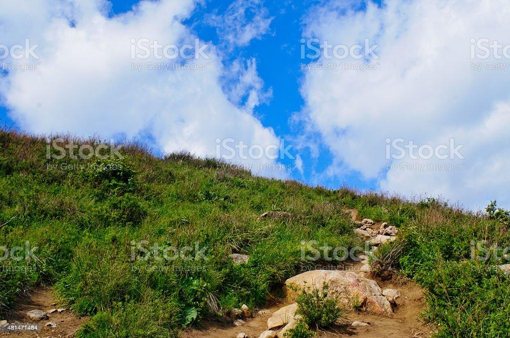Himmel und weiße Wolken und Rasen-Gebirge – Foto