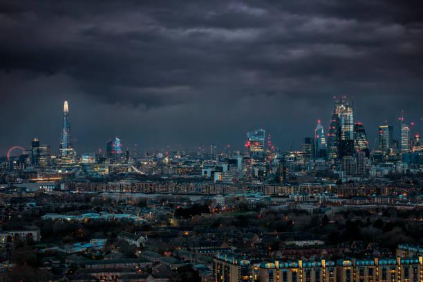 Die Skyline von London, Großbritannien mit dunklen Wolken am Himmel – Foto