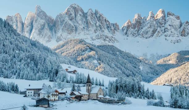 the small village in dolomites mountains in winter. - dolomiti foto e immagini stock