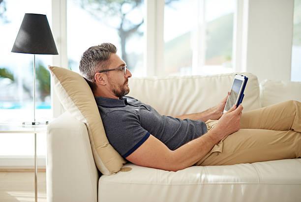 the smart way to spend a leave day - tablet mit displayinhalt stock-fotos und bilder
