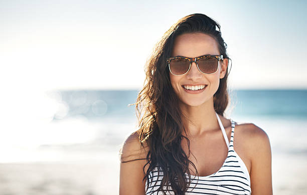 o sorriso que apenas verão pode trazer - óculos escuros acessório ocular - fotografias e filmes do acervo