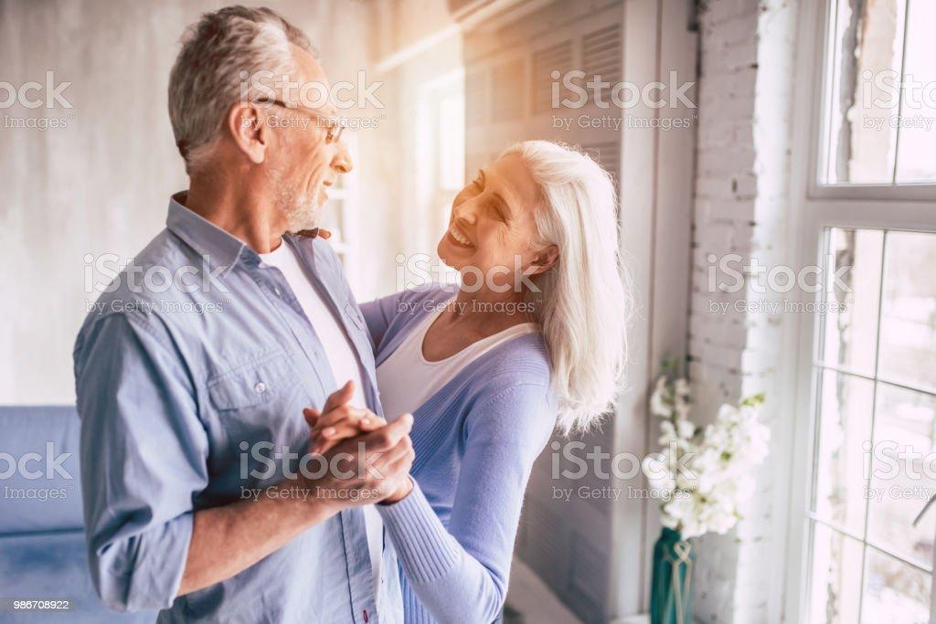 Die lächelnde ältere Frau und ein Mann tanzen – Foto