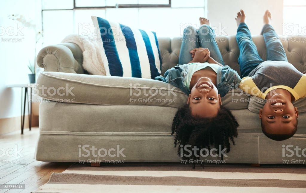 El sofá es un vehículo mágico que nos transporta en cualquier lugar - foto de stock
