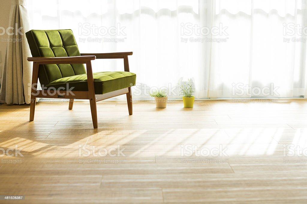 Der Couch, die sich in einem Zimmer – Foto