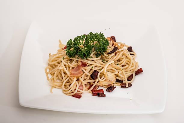 die spaghetti, schinken, spaghetti mit schinken, zwiebeln, chili und mushroo - pasta cabonara stock-fotos und bilder