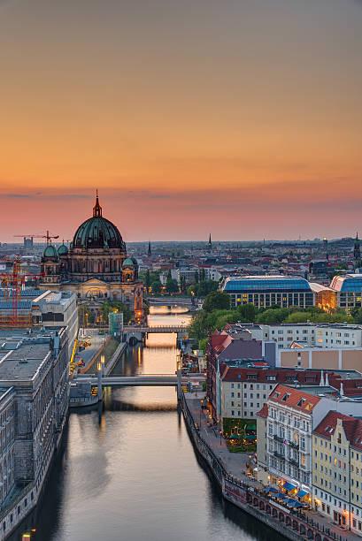 der spree in berlin, während dem sonnenuntergang - nikolaiviertel stock-fotos und bilder