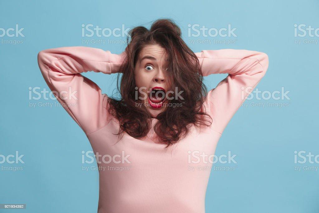 Die Augen Schielen Frau mit seltsamen Ausdruck isoliert auf blau – Foto