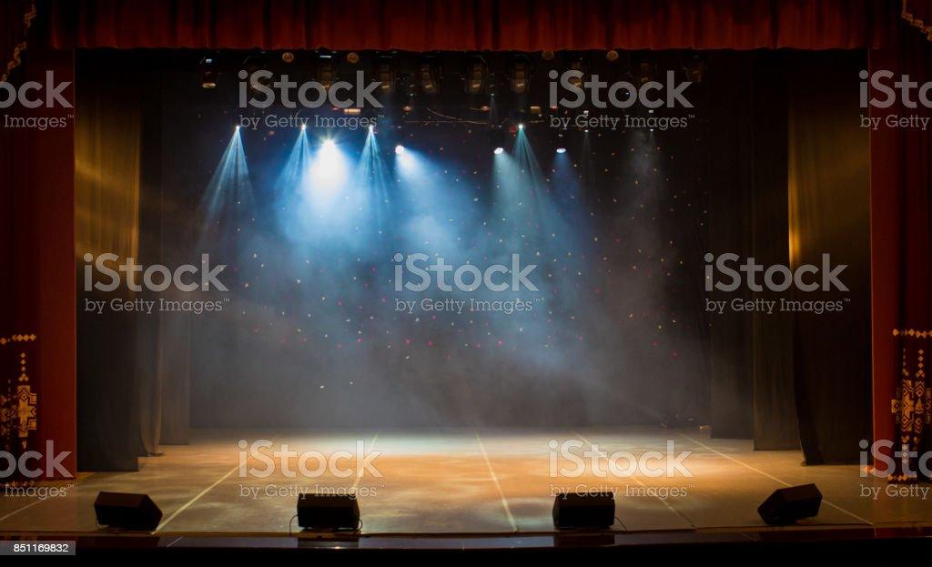 La scène du théâtre illuminé par des projecteurs et de la fumée de l'auditorium photo libre de droits