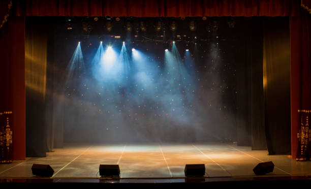 The stage of the theater illuminated by spotlights and smoke from the auditorium - foto stock