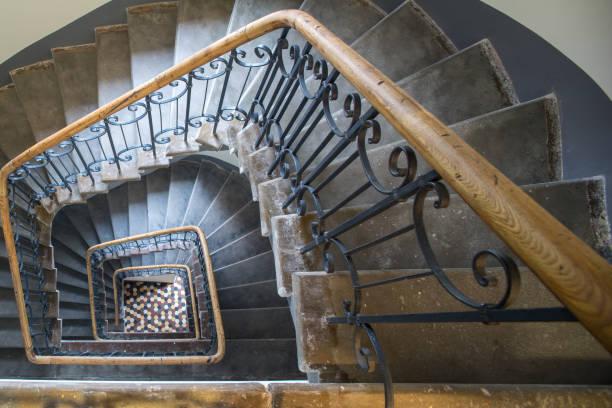 房子的樓梯。貝殼的經典形式。黃金地段。 - 黃金比例 個照片及圖片檔