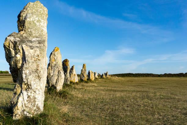 die stehenden Steinausrichtungen von Lagatjar in der Bretagne in weichem Morgenlicht – Foto