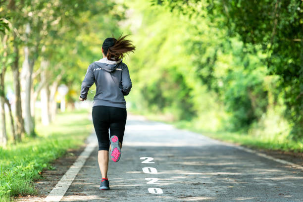 starten in i det nya året 2020. uppstart av löpare kvinna som kör på nature race track gå till mål av framgång.  personer som kör som en del av nummer 2020.  holiday sport concept - calendar workout bildbanksfoton och bilder