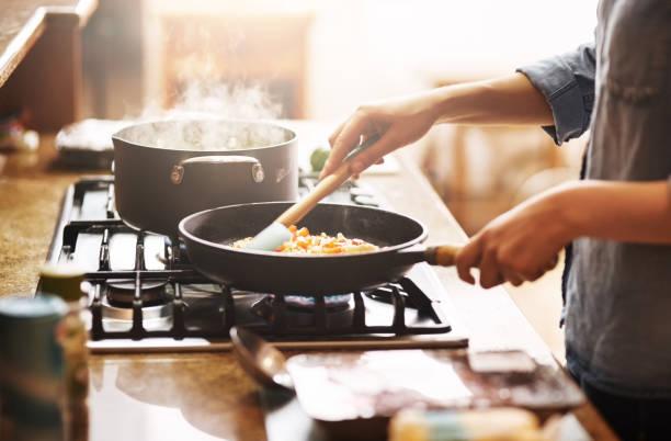 l'inizio di qualcosa di delizioso - cucinare foto e immagini stock