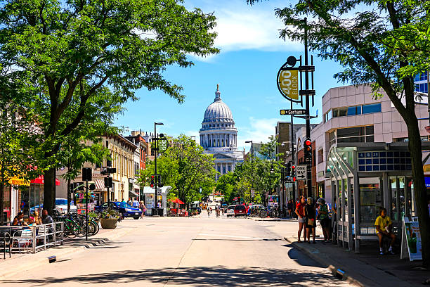 The State Capitol building in Madison Wisconsin Madison, WI, USA - July 29, 2015: View of State street looking towards the State Capitol building in Madison Wisconsin dane county stock pictures, royalty-free photos & images
