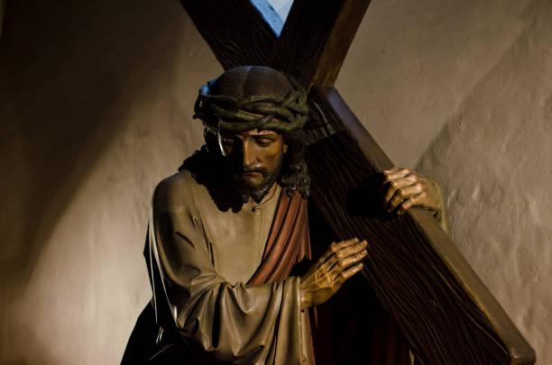 la statue de jésus portant la croix - jesus croix photos et images de collection