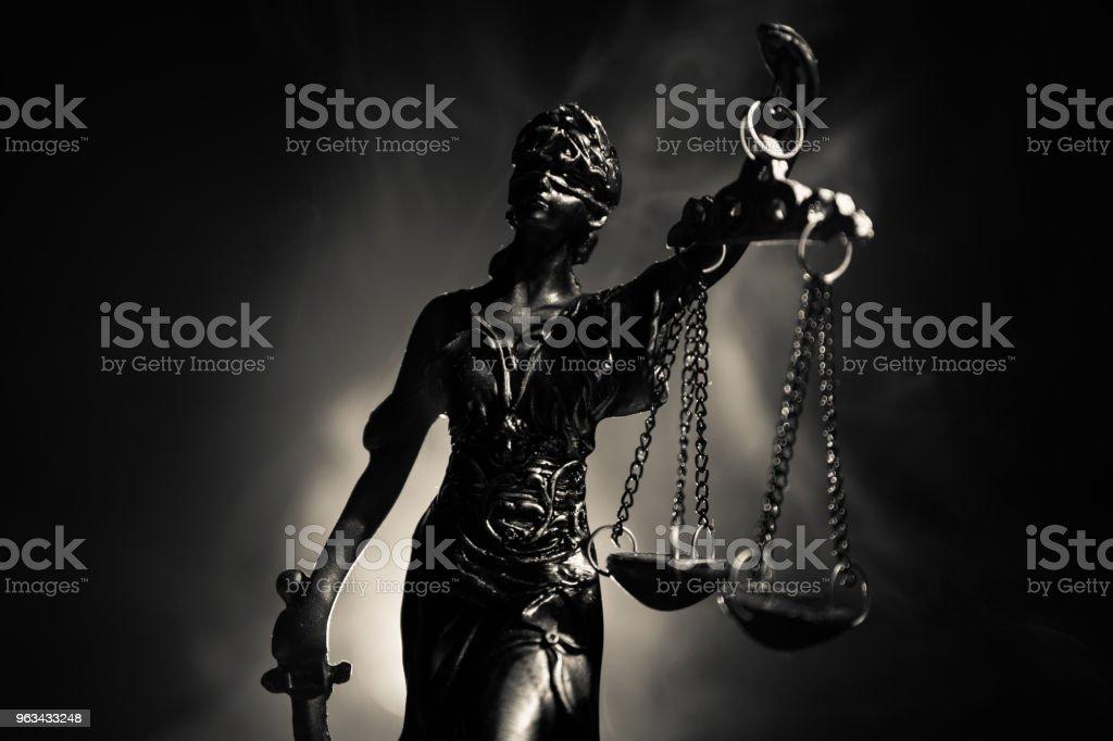 La Statue de la Justice - Dame justice ou Iustitia / Justitia la déesse romaine de la Justice sur un dark fire fond - Photo de Autorité libre de droits