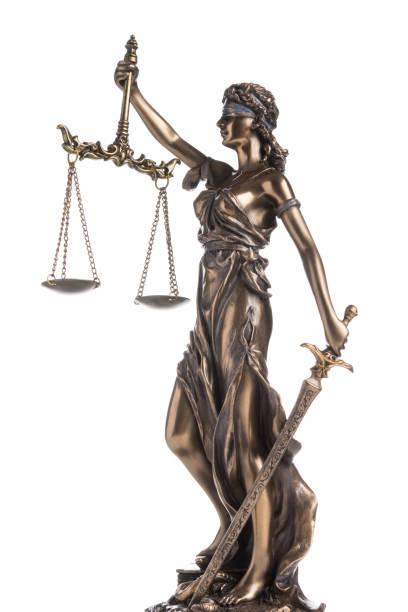 statyn av rättvisa themis eller justitia isolerat på vit bakgrund - justitia bildbanksfoton och bilder