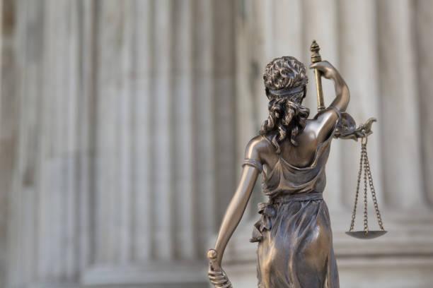 statyn av rättvisa themis eller justitia, ögonbindel gudinnan av rättvisa mot en jonisk ordning colonnade, som ett rättsligt begrepp - justitia bildbanksfoton och bilder