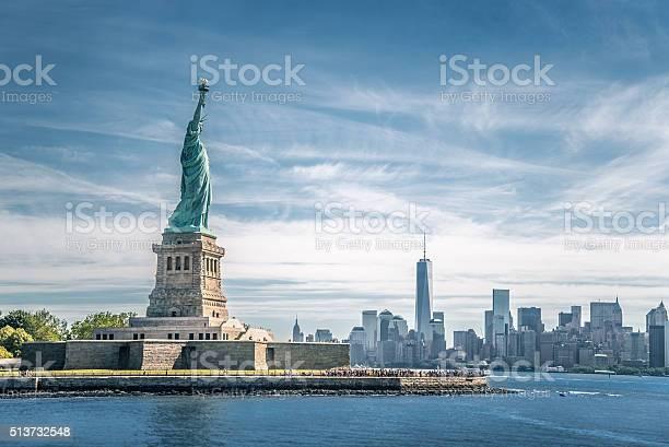 Die Statue Der Freiheit Und Manhattan Neu York Stadt Stockfoto und mehr Bilder von Architektur